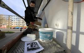 Mateusz Małkiewicz podczas pracy nad muralem