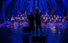 Realizatorzy obrazu nagrywają koncert Toruńskiej Orkiestry Symfonicznej