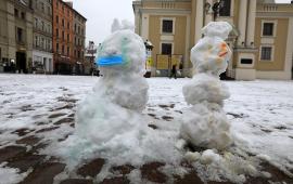 Dwa bałwany w maseczkach na Rynku Staromiejskim, fot. Sławomir Kowalski