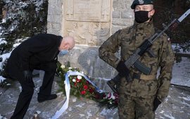 prezydent składa wiązankę przy pomniku Stefana Łaszewskiego