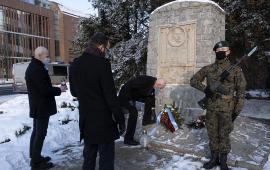 warta i delegacja przy pomniku Stefana Łaszewskiego