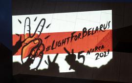 Flaga wolnej Białoruci i cienie fłoni w znaku wolności