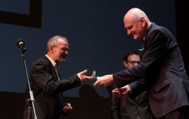 dyrektor teatru Andrzej Churski wręcza medal 100-lecia teatru prezydentowi Michałowi Zaleskiemu