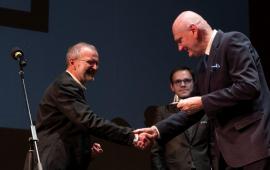 dyrektor teatru Andrzej Churski wręcza medal 100-lecia teatru prezydentowi Michałowi Zaleskiemu, w tle dyrektor artystyczny teatru Paweł Paszta