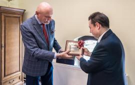 prezydent Michał Zaleski przekazuje grafikę ambasadorowi Hiszpanii