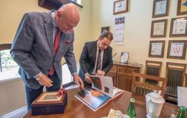 Prezydent Torunia i ambasador Hiszpanii przeglądają album o Hiszpanii
