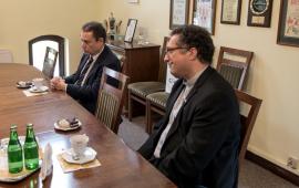 Ks. Piotr Roszak i ambasador Hiszpanii Francisco Javier Sanabria Valderrama