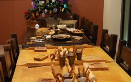 stół z formami piernikowymi i choinką