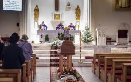 Na zdjęciu księża odprawiają mszę. Przed nimi trumna Aleksandra Rojewskiego