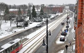 Widok na zaśnieżoną ulicę Wały gen. Sikorskiego w Toruniu