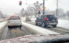Samochody jadące zaśnieżoną Szosą Chełmińską