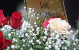 Kwiaty i tabliczka z imieniem i nazwiskiem prof. Jana Tajchmana