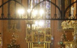 Widok na ołtarz w kościele pw. Wniebowzięcia Najświętszej marii panny i sześcio księży koncelebrujących mszę św.