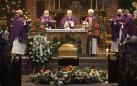 Księża koncelebrują mszę św.