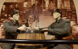 Manekiny żołnierzy na wystawie