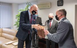 Na zdjęciu prezydent Michał Zaleski wręcza upominek młodszemu inspektorowi Krzysztofowi Lewandowskiemu