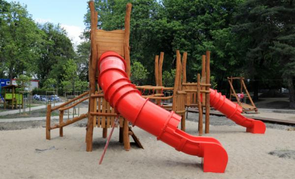 Duża zjeżdżalnia na placu zabaw
