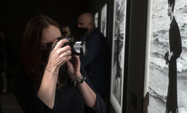Na zdjęciu uczestniczka fotografująca wystawę w CSW