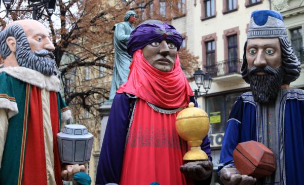 Figury trzech króli stoją na Rynkui Staromiejskim