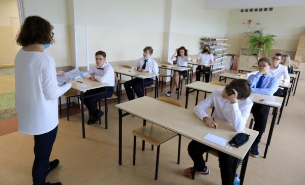 Uczniowie w klasie podczas egzaminu
