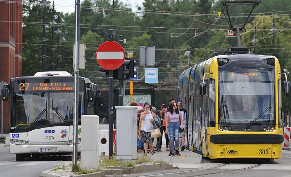 Na zdjęciu osoby wysiadające z tramwaju przy ul. Wały Generała Sikorskiego