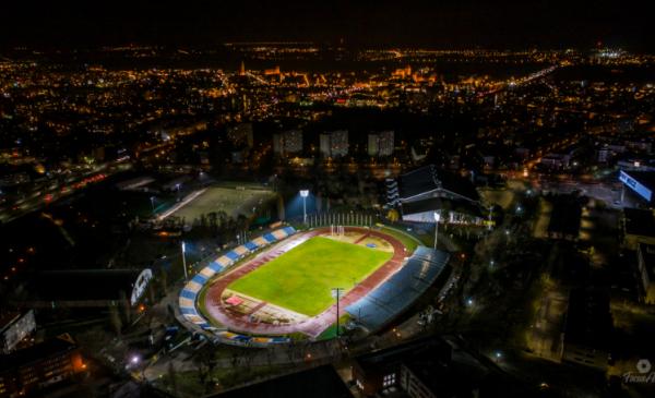 Na zdjęciu podświetlony Stadion Miejski z lotu ptaka wieczorem