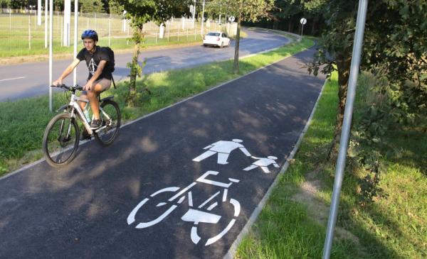 Chłopiec w kasku na rowerze jadący nową ścieżką przy Szosie Bydgoskiej