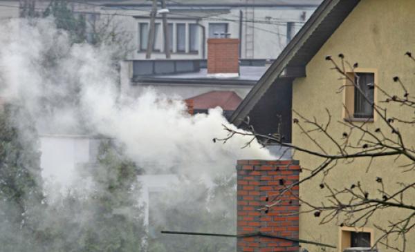 Na zdjęciu dym ulatniający się z komina
