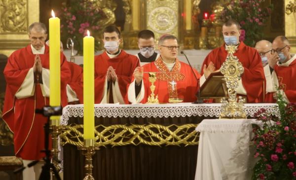 Ks. biskup Wiesław Śmigiel podczas uroczystej koncelebry