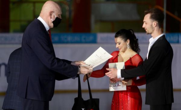 Natalia Kaliszek i Mksym Spodyriev otrzymują akty przyznania stypendium z rąk prezydenta Torunia Michała Zaleskiego
