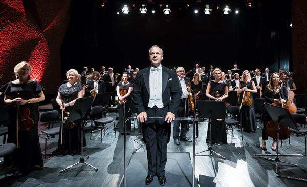 Zdjęcie orkiestry z dyrygentem