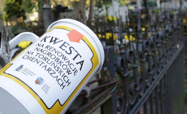 Na zdjęciu puszka kwestarska z napisem Kwesta na renowację nagrobków na toruńskich cmentarzach