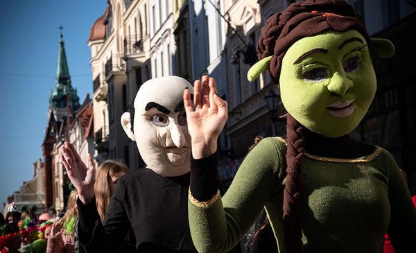 baśniowe postacie w czasie parady