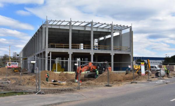 Na zdjęciu widać obiekt biurowy w trakcie budowy
