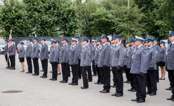 Na zdjęciu widać policjantów stojących na placu przy komisariacie na Rubinkowie podczas uroczystych obchodów Święta Policji