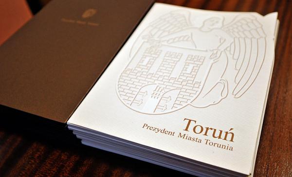 Na zdjęciu: teczka z herbem Torunia