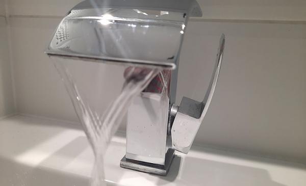 Zdjęcie kranu z lecącą wodą