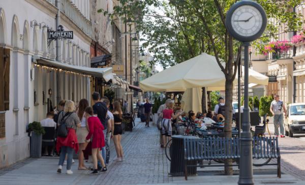 Przestrzeń typu woonerf na jednej z ulic w centrum Łodzi