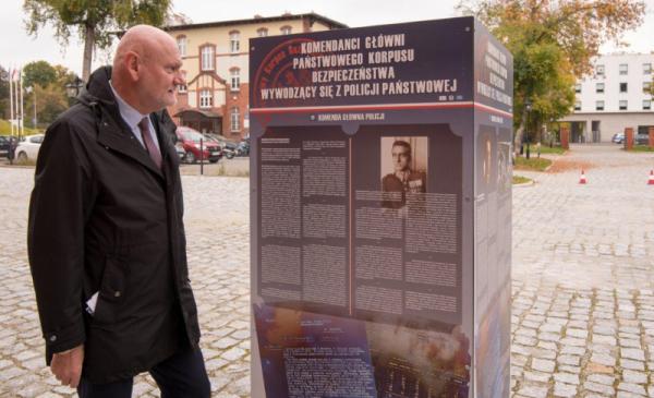 Na zdjęciu: przydent Michał Zaleski podczas otwarcia wystawy poświęconej policji w Muzeum Twierdzy Toruń