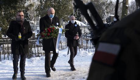 radny Wojciech Klabun, prezydent Michał Zaleski i radny Jacek Krzyżaniak składają kwiaty