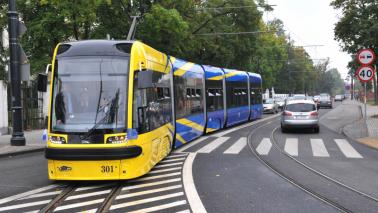 Na zdjęciu: tramwaj jadący po torach