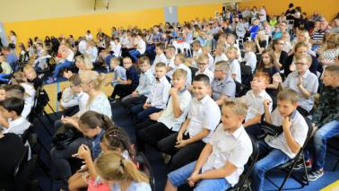 Uczniowie w szkole podczas inauguracji roku szkolnego