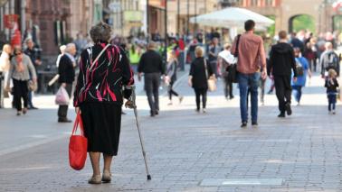 na zdjęciu widać starszą osobę poruszającą się o kuli