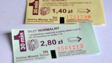 Na zdjęciu bilety papierowe komunikacji miejskiej w Toruniu