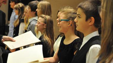 Na zdjęciu: młodzież szkolna podczas wręczania stypendiów