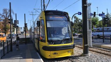 Na zdjęciu widać tramwaj stojący na przystanku
