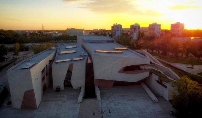 Na zdjęciu budynek Centrum Kulturalno-Kongresowego Jordanki z lotu ptaka podczas zachodu słońca