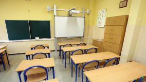 Na zdjęciu widać pustą salę lekcyjną - ławki i tablicę.