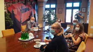 Dziennikarze siedzą naprzeciwko prezydenta Michała Zaleskiego podczas konferencji prasowej