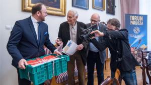 Na zdjęciu zastępca prezydenta Torunia Paweł Gulewski trzyma upominek